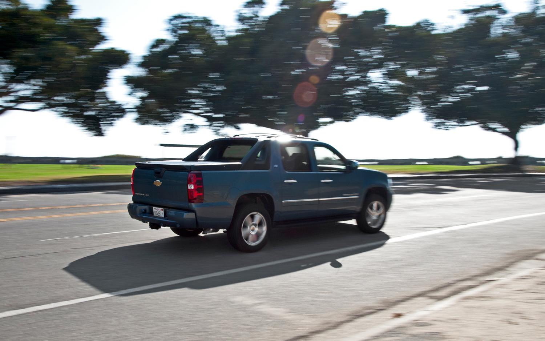 Chevrolet-Avalanche-LTZ-Rear-Three-Quarters-In-Motion-Photo-wallpaper-wp4602692-2