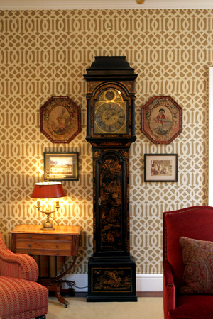 Chinoiserie-clock-antiques-look-great-with-Kelly-Wearstler-s-Imperial-Trellis-for-Schuma-wallpaper-wp424518