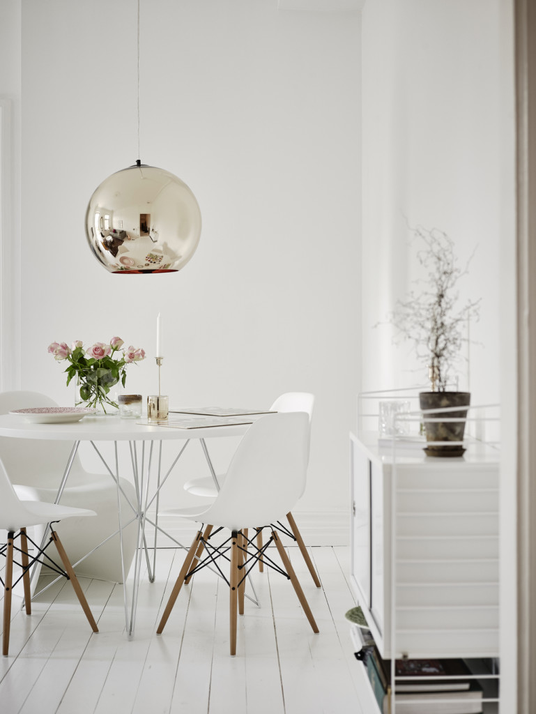 Clever-use-of-space-Hege-in-France-white-dining-room-eames-chairs-panton-round-dining-table-gold-wallpaper-wp4604876