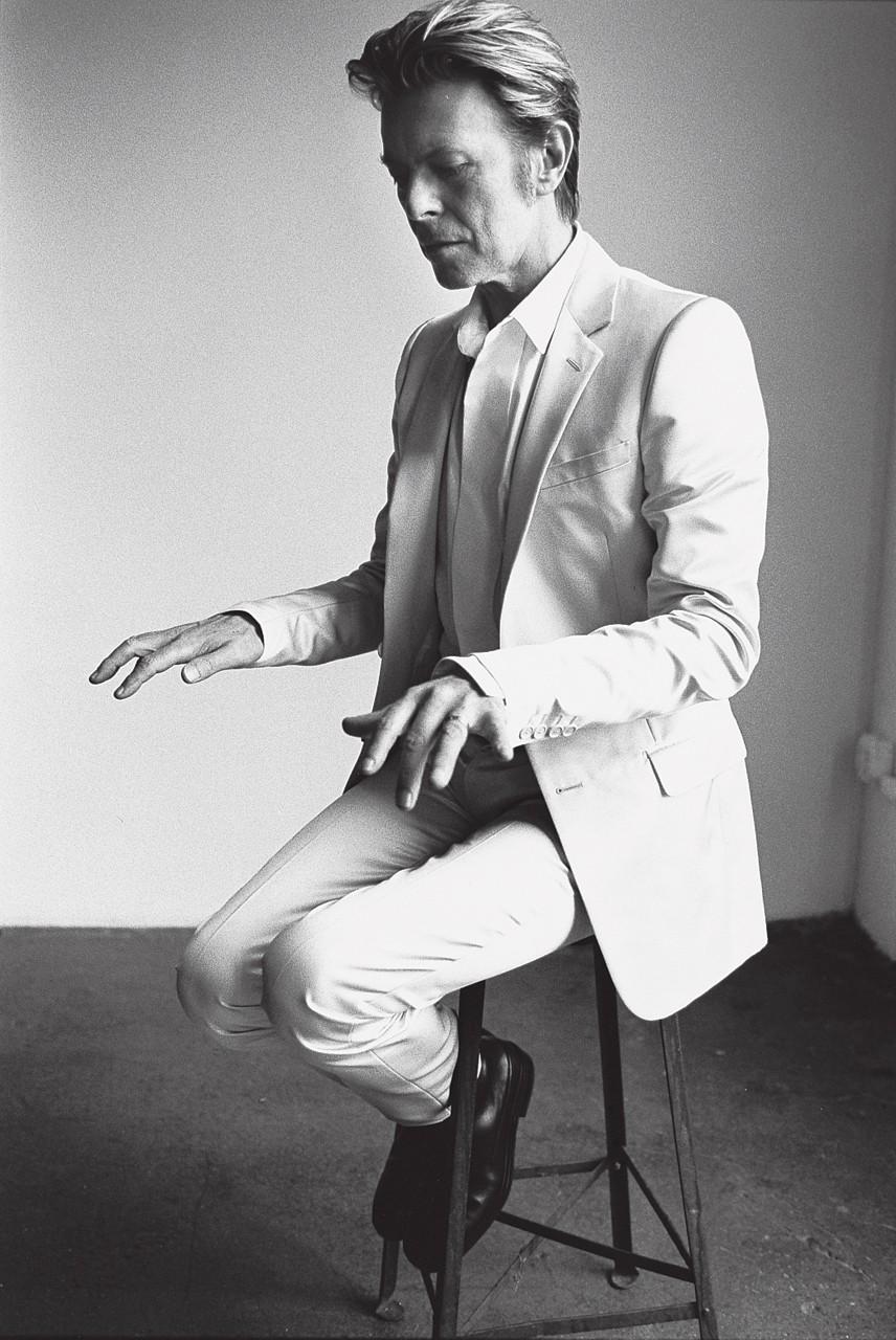 David-Bowie-by-Mario-Testino-for-V-wallpaper-wp5006622