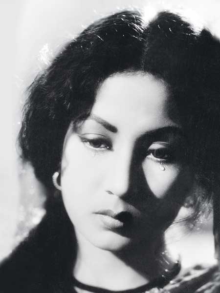 Deep-Intense-Melancholic-actress-poetess-mysterious-feminine-creative-sublime-sensitive-wallpaper-wp4605281-1