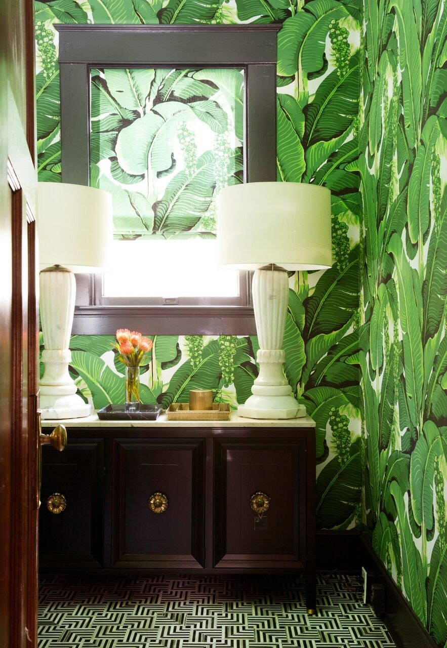 Designer-Annie-Downing-uses-bold-pattern-in-this-fun-bathroom-redo…-wallpaper-wp4605340