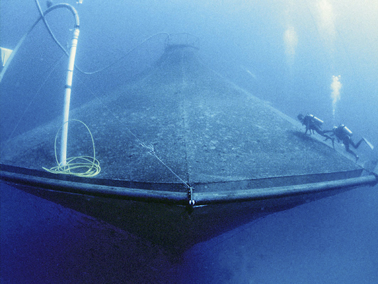 Divers-clean-the-outside-of-SeaStation-an-open-coean-aquaculture-project-operated-by-the-Unive-wallpaper-wp4805965