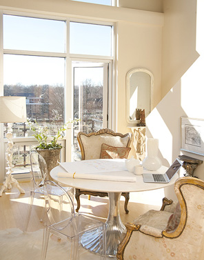 Elegant-dining-area-breakfast-room-with-gilded-French-wing-chairs-paired-with-Ghost-Chairs-surroundi-wallpaper-wp4605642