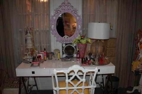 Hanna-Marin-Ashley-Benson-Pretty-Little-Liars-bedroom-and-vanity-with-mirror-PLL-Bedrooms-wallpaper-wp3006442