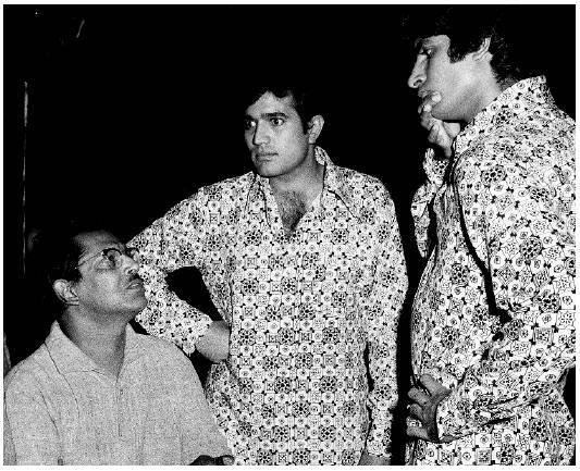 Rare-pic-Right-from-the-sets-of-Namak-Haram-Amitabh-Bachchan-and-Rajesh-Khanna-with-Hrishikesh-Muk-wallpaper-wp4609505