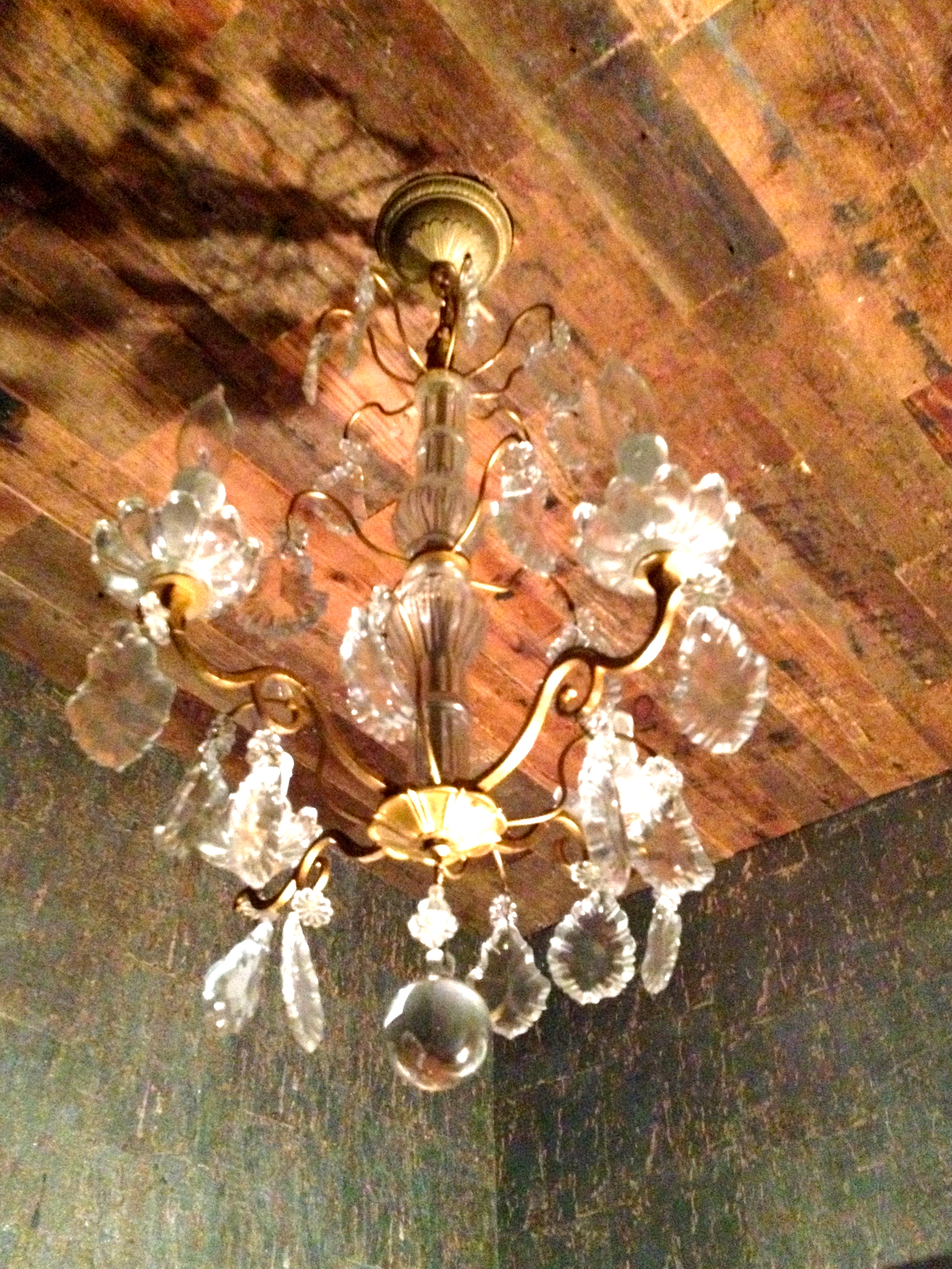 Reclaimed-antique-pine-on-the-ceiling-cork-and-an-antique-French-petite-chandelier-creat-wallpaper-wp4007048