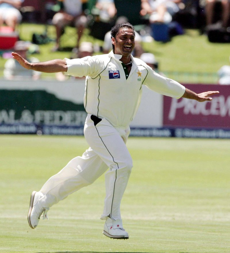 Shoaib-Akhtar-jubilant-wallpaper-wp5408632