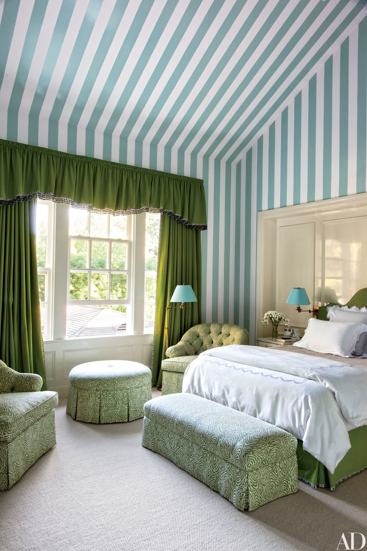 Stripes-of-Benjamin-Moore-white-and-blue-paints-enliven-a-daughter's-bedroom-wallpaper-wp5809782-1