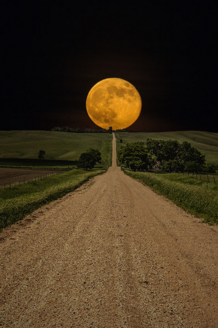 Supermoon-rises-over-this-road-to-nowhere-in-eastern-South-Dakota-wallpaper-wp46010476-1