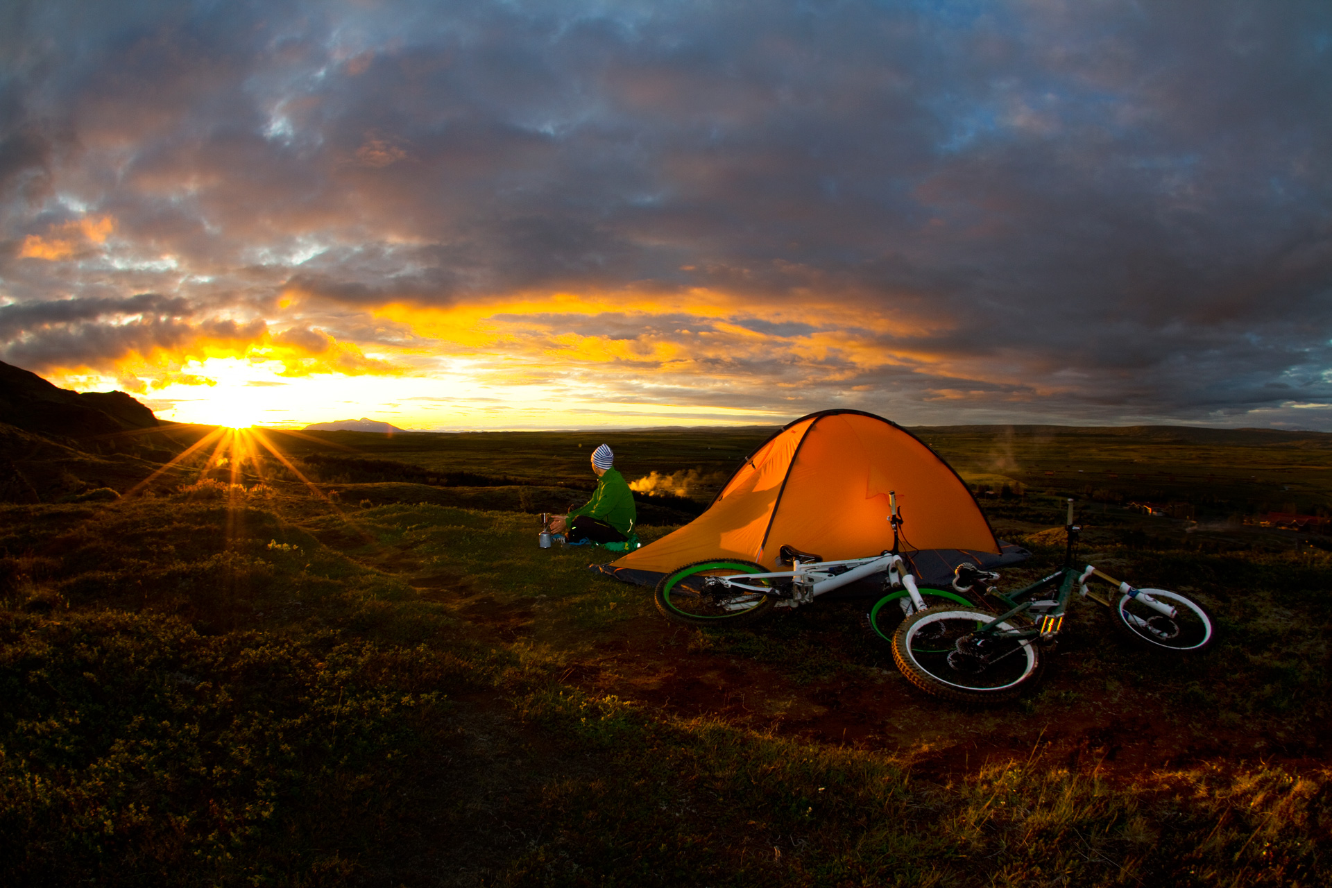 VAUDE-Visions-Wallpapers-for-free-Bastian-Morell-Sunset-in-Iceland-mountainbiking-wallpaper-wp48011653