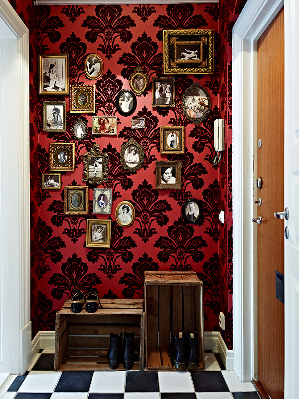 b-w-checkerboard-floor-damask-tiny-mismatched-picture-frames-Fleur-de-Lys-by-wallpaper-wp3003439