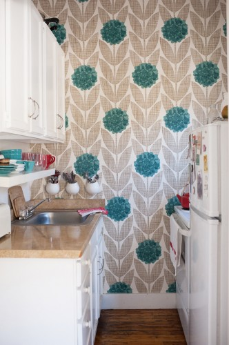 bold-wall-paper-in-a-smaller-kitchen-wallpaper-wp3003845