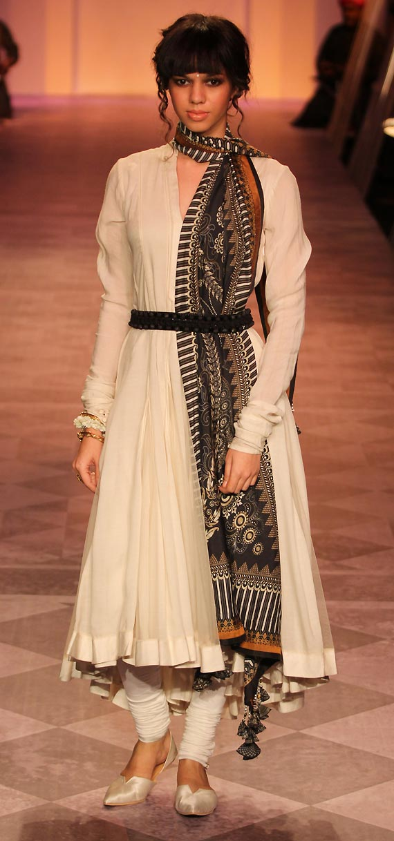 cooleo-D-Only-Tarun-Tahiliani-can-do-this-stunning-piece-of-work-put-together-loved-it-un-wallpaper-wp3004572
