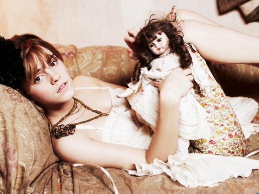 emma-watson-with-doll-wallpaper-wp425185