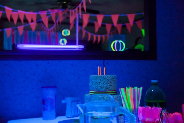 glow-in-the-dark-party-neon-glow-bunting-glow-sticks-cake-wallpaper-wp4606248