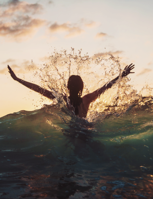 playing-in-the-surf-wallpaper-wp428448-1
