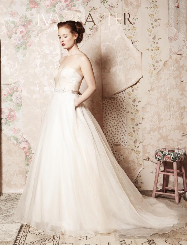 vintage-background-scrappy-romantic-vintage-backdrop-wedding-dress-photography-wallpaper-wp600335