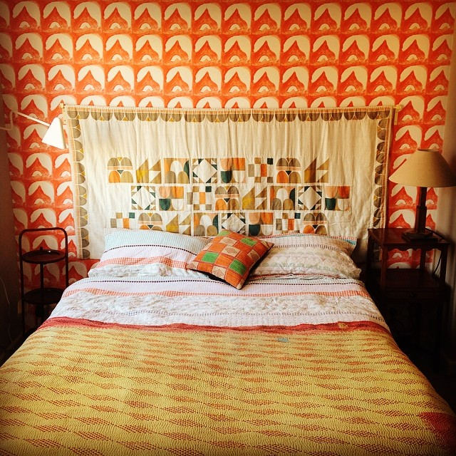 wednesday-commonroom-bedroom-bed-colours-interiors-pattern-wallpaper-wp5402594
