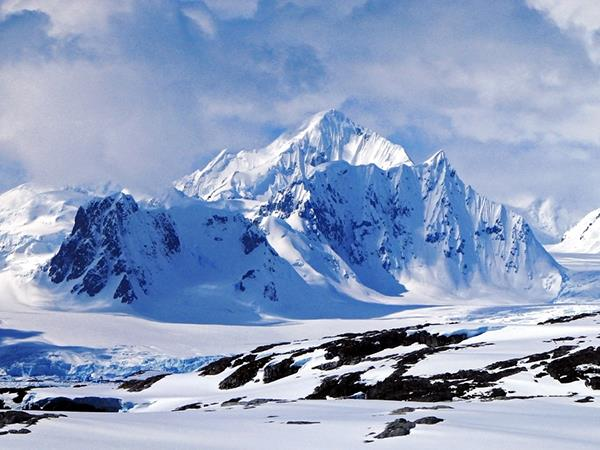Crossing-the-Antarctic-Circle-expedition-cruise-wallpaper-wpc9003868