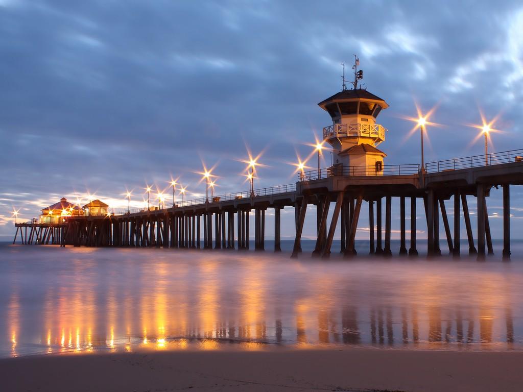 Pier-Huntington-California-Beach-Blue-Lights-Ocean-Background-Pictures-Beaches-Pier-Hunt-wallpaper-wpc5808053